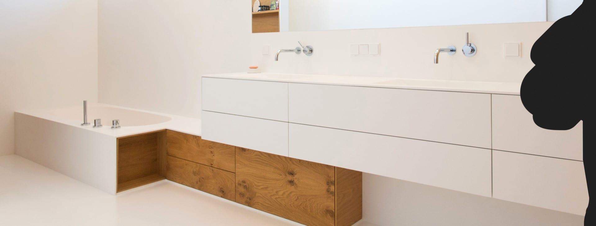 Modernes Badezimmer: Fugenloser Corian-Boden und Fronten ohne Griffe