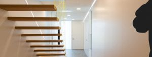 Freistehende Treppe mit Netz als Designelement