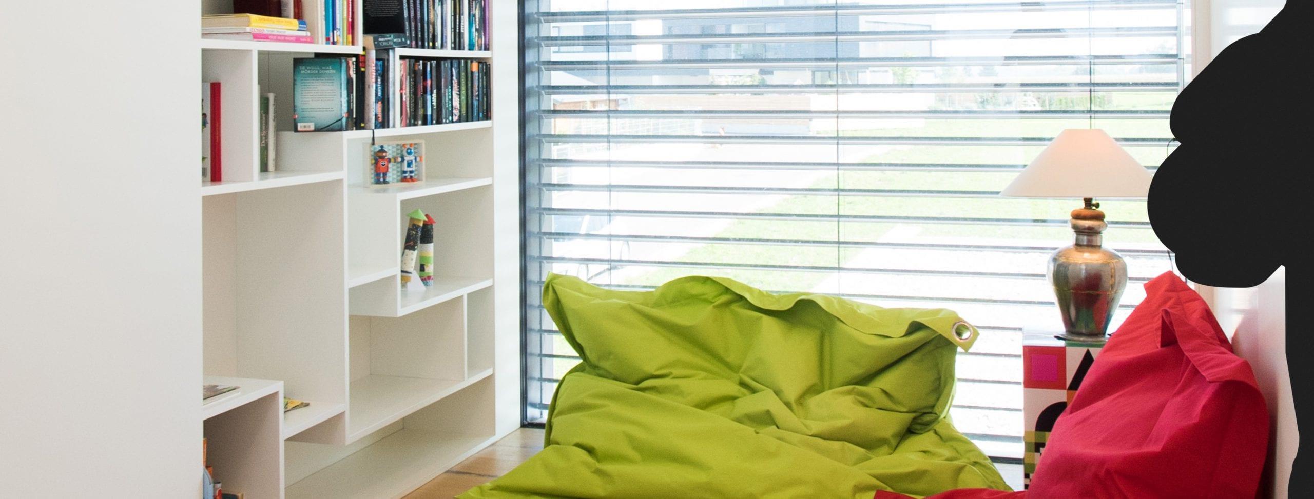 Bücherwand mit gemütlichen Sitzsäcken.